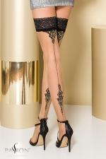 Bas autofixants ST106 Beige : Bas en Lycra avec un imprimé élégant souligné de fil d'argent Lurex qui dessine une couture fantaisie à l'arrière de la jambe.