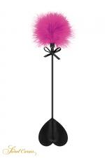 Tapette coeur avec pompon fuchsia - Sweet Caress : Mini cravache légère pour jeux BDSM softs, avec un cœur en guise de claquette et un pompon fuchsia à l'autre extrémité.