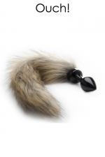 Plug anal avec queue en fourrure renard : Bijou d'anus et plug anal en métal noir avec une queue en fausse fourrure, pour vos jeux de rôles animaliers.